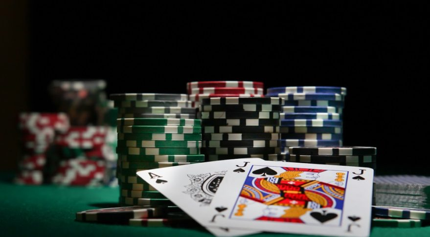 Relating the Online Poker with the Offline